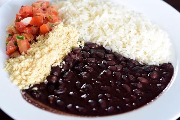 As refeições do Pê Efe acompanham arroz, feijão, farofa e vinagrete  ( Antonio Cunha/CB/D.A Press)
