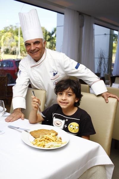 Gabriel Tessier, filho do chef Rosario, não esconde o sangue italiano e se esbalda com o bife à milanesa com batata frita (Ana Rayssa/Esp. CB/D.A. Press)