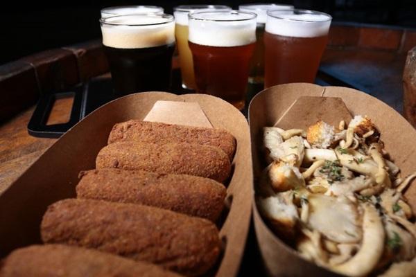 Petiscos de croquete e cogumelos orgânicos grelhados da Hop Capital Beer Cervejaria (Luís Nova/Esp. CB/D.A Press)
