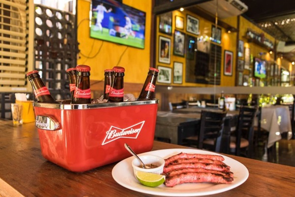 Combo de long neck Budweiser e linguiça chorizo Figueira para final da copa do mundo do restaurante Figueira da Villa. (Thiago Rodrigues/Divulgação. )