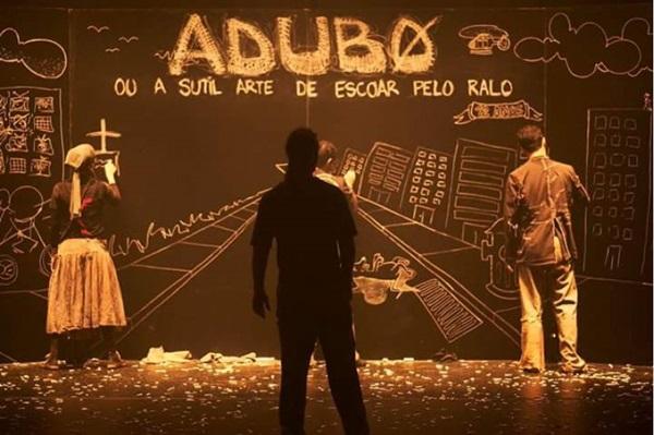 Espetáculo Adubo ou a sutil arte de escorrer pelo ralo reflete sobre a morte (Mônica Nassar/Divulgacao)