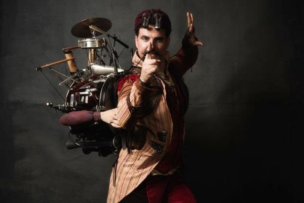 César Lignelli, com sua parafernália, encarna Debanda: quatro personagens e 23 instrumentos em um único ser (Diego Bressani/Divulgacao)