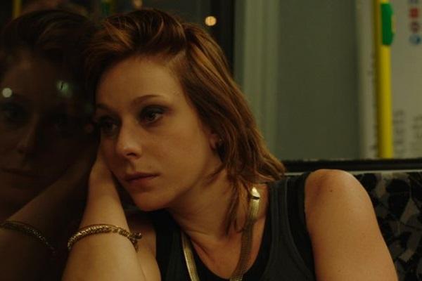 Caroline Abras retoma em 'Alguma coisa assim' parceria com os diretores Esmir Filho e Mariana Bastos (Reprodução/Internet)