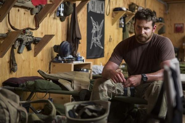 Ator Bradley Cooper em cena do filme Sniper americano (Warner Bros./Divulgação)