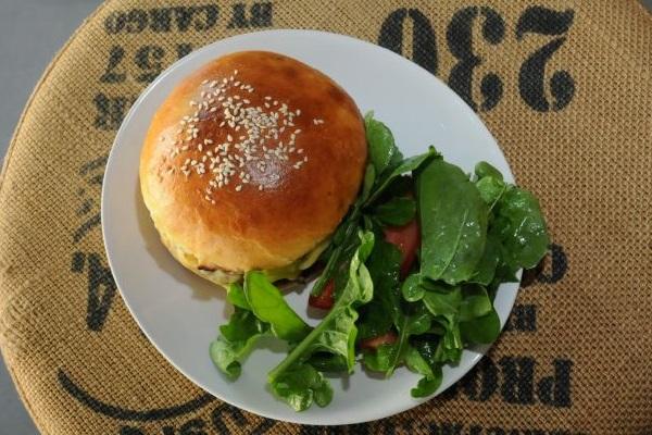 O sanduíche de pastrami é uma das alternativas de sanduíches do Dylan Café & Bakery (Bárbara Cabral/Esp. CB/D.A Press)