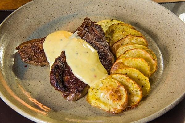 Prato principal do jantar do Nebbiolo para o Restaurant Week: picanha no grill ao molho bernaise e batatas em lâminas com especiarias. (Rômulo Juracy/Divulgação)