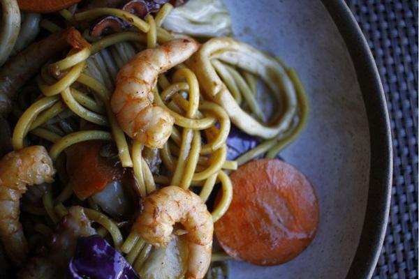 Uma versão diferente do clássico macarrão japonês com legumes é oferecida com frutos do mar no Nazo (Ana Rayssa/Esp. CB/D.A Press)