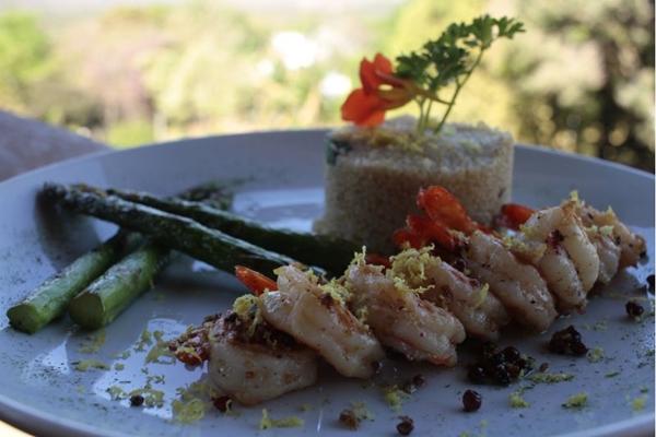 O camarão flambado da casa utiliza a cachaça de alambique do Empório da Mata (Ana Rayssa/Esp. CB/D.A Press)
