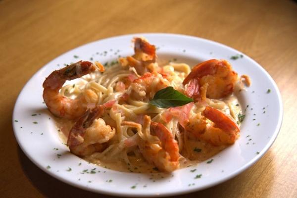 O camarão é flambado no vinho branco e depois utilizado para a preparação do linguine (Sauz Restaurante/Divulgacao)