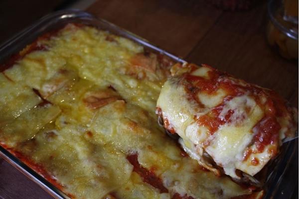 A lasanha artesanal de queijo gruyère e nozes conta com um molho preparado com vinho tinto.  (Ana Rayssa/Esp. CB/D.A Press)