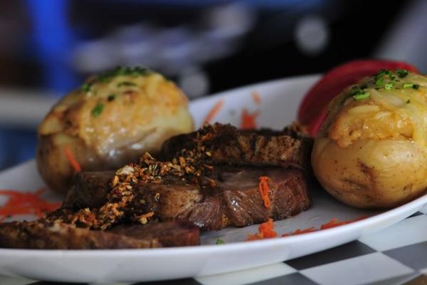 A combinação da carne de porco com a cerveja dá um sabor diferenciado ao Ribeye pork do Buddy Bar (Carlos Vieira/CB/D.A Press)