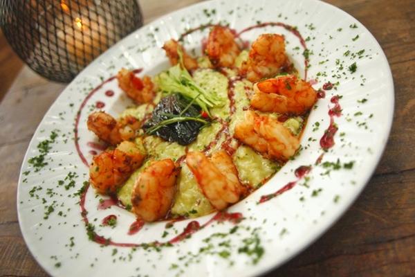 O licor de cassis é um dos ingredientes chave do risoto de camarão com cassis, servido no restaurante Santé 13 (Destak Comunicação/Divulgação)