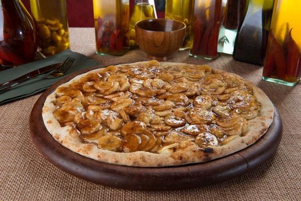 A pizza de banana ganha o nome de macaquito e é flambada com rum na Valentina Pizzaria (Andreia Marlière/Divulgacao)
