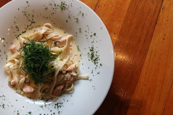 Fetuccini com lascas de salmão, flambado na Vodka ao molho cremoso de cebolete (Arthur Menescal/Esp. CB/D.A Press)
