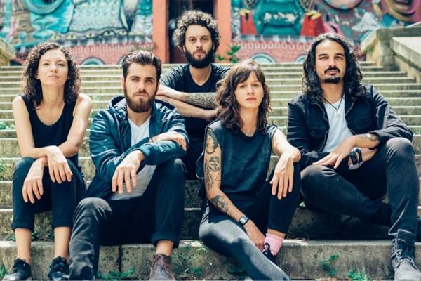 A banda indie Plutão Já Foi Planeta retorna a Brasília para apresentação no domingo  (Murilo Amâncio/Divulgação)