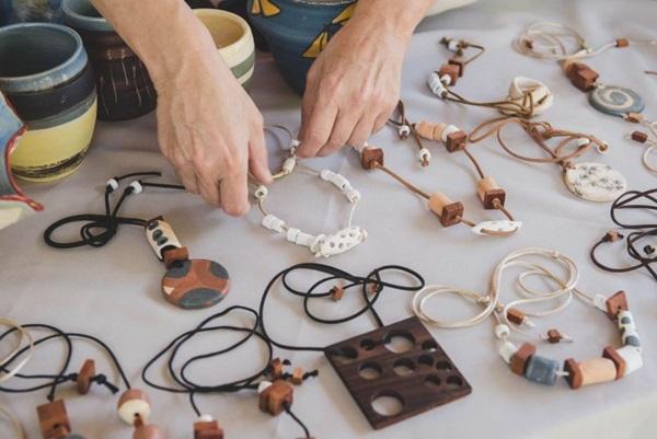 Venda de produtos artesanais é uma das propostas do Canteiro da Quitanda, no Ernesto Café (Anturia Viotto/Divulgação)