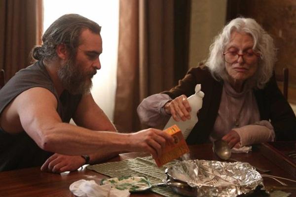 Joe cuida da mãe para se livrar de fantasmas da vida real   (Reprodução/Internet)