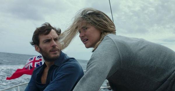 Casal precisa de coragem e parceria para sobreviver a um naufrágio em 'Vidas à deriva' (Reprodução/Internet)