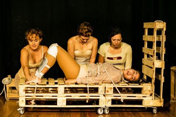 Espetáculo 'Levante-se' debate temas atuais, como feminismo (Jamila Barbosa/Divulgação)