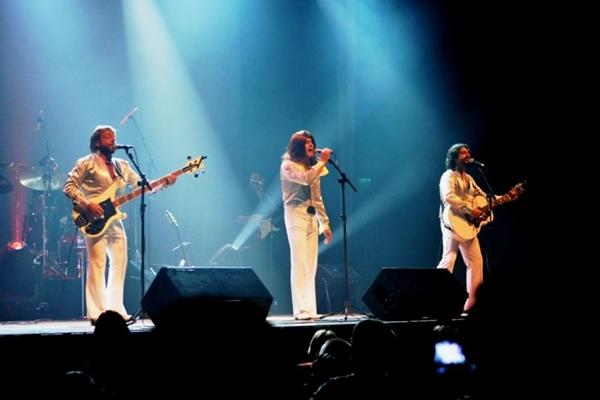 O trio viajou a 12 países ao som dos Bee Gees (Maurício Trilha/Divulgação)