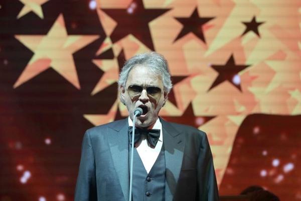 O tenor italiano Andrea Bocelli se apresenta no Estádio Nacional de Brasília Mané Garrincha, no dia 25 de setembro (AFP / KARIM SAHIB)