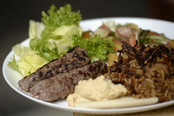 Kafta, homus, pão pita, arroz com lentilha e fatuche: elementos tradicionais do bufê árabe do Zahia  (Carlos Vieira/CB/D.A Press)