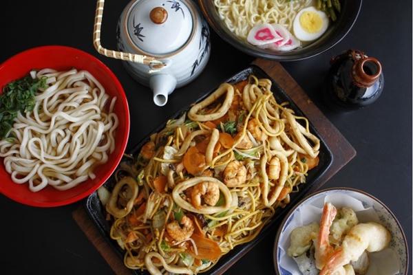 Os pratos quentes japoneses aparecem em peso no bufê do Goemon (Ana Rayssa/Esp. CB/D.A Press)