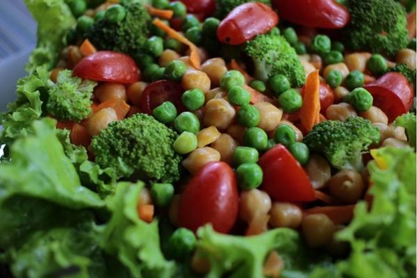 A salada de grão-de-bico é uma alternativa nutritiva e saborosa oferecida no Green%u2019s (Ana Rayssa/Esp. CB/D.A Press)