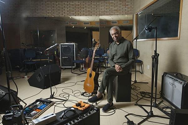 Gilberto Gil pode adiantar alguma faixa nova, mas cantará sucessos como 'A paz' e 'Andar com fé' ( Gerard Giaume/Divulgação)