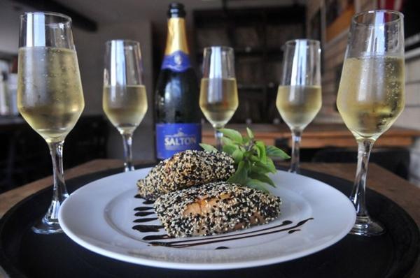 Prato de filé de salmão em crosta e espuma de wasabi com rodízio de espumante, na Victrola da 413 Norte (Minervino Junior/CB/D.A Press)