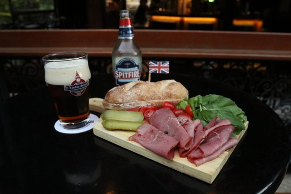 As cerveja harmonizam bem com o sanduíche de rosbife Spitfire ( Arthur Menescal/Esp. CB/D.A Press)
