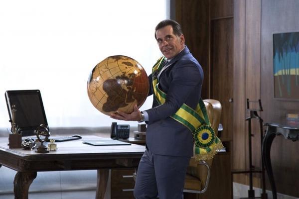 Em 'O candidato honesto 2', o personagem João Ernesto retorna ao cargo de presidência após anos na cadeia (Reprodução/Internet)