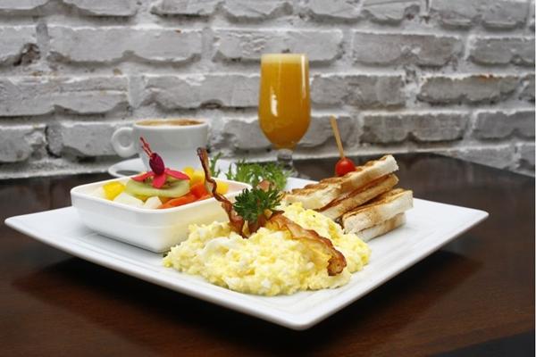 Os ovos mexidos são servidos com bacon crocante no café da manhã na Quitinete (Ana Rayssa/Esp. CB/D.A Press)