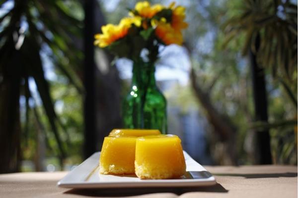 O quindim é uma sobremesa típica brasileira que leva apenas ovo, coco e gemas (Ana Rayssa/Esp. CB/D.A Press)