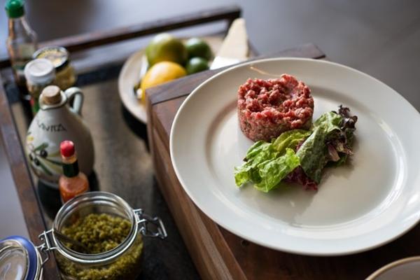 O steak tartare do Rubaiyat é preparado com filé-mignon (Fabio Setti/Divulgação)