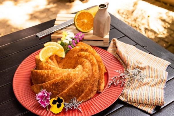 O bolo de laranja da Quitutices conta com flores comestíveis: a cara da estação (Thiago Rodrigues/Divulgação)
