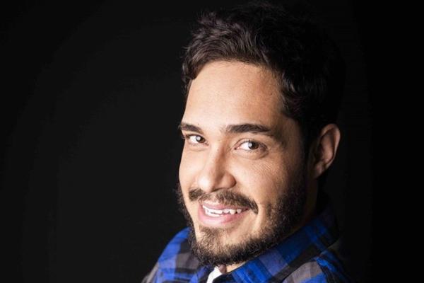 Diogo Almeida leva aos palcos a experiência como professor (Anna Carolina Negri/Divulgação)