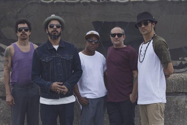 Banda Nação Zumbi faz apresentação com participação do cantor BNegão  (Dovilé Babraviciuté/Divulgação)