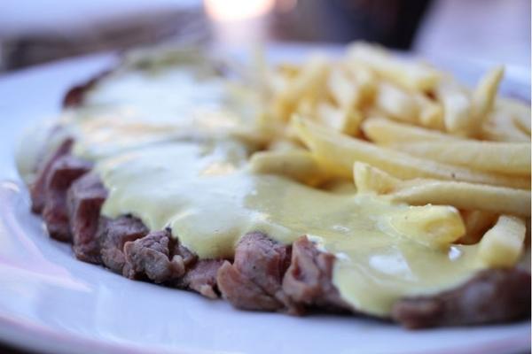 O prato Entrecôte é a marca registrada do restaurante L%u2019Entrecôte de Paris (Ana Rayssa/Esp. CB/D.A)