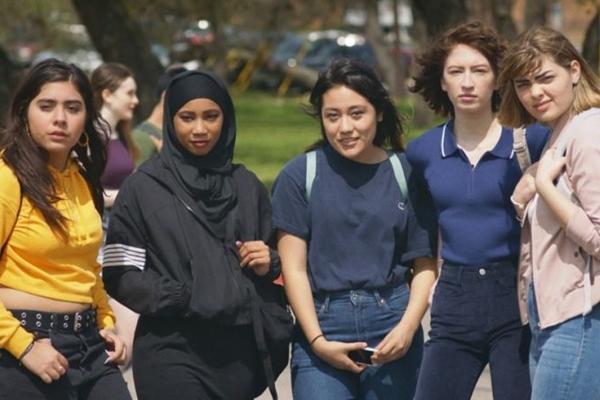 O famoso Girl squad da série é redesenhado em Skam Austin (Reprodução/Facebook)