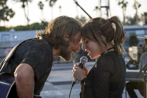 O casal vivido por Bradley Cooper e Lady Gaga convence nos primeiros 20 minutos de 'Nasce uma estrela' (Reprodução/Internet)