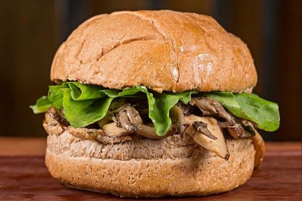 O hambúrguer de cogumelos da Jamm Burgers é preparado com shitake e shimeji (Jamm Burgers/Divulgação)