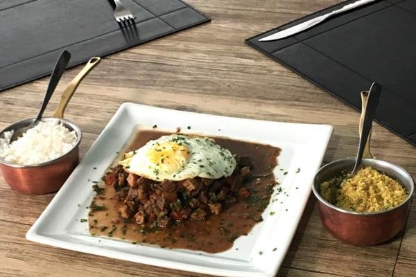 O chef do Carpe Diem Fernando La Roque conta que o picadinho se familiarizou no Brasil como uma receita de fim de noite nas décadas de 1960 e 1970 (CarpeDiem/Divulgacao)