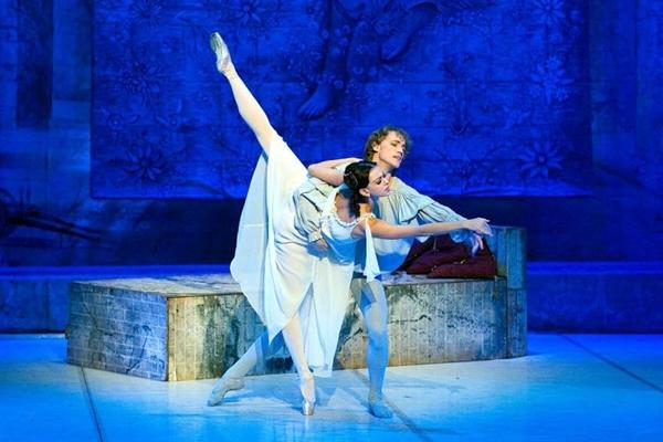 A montagem traz como primeiros bailarinos os premiados Yulia Anufrieva e Vasily Kozlov (National Ballet of Russia/Divulgação)