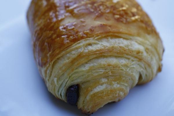 Os pains au chocolat são feitos usando uma farinha com mais glúten, com o miolo de cereal (Ana Rayssa/Esp. CB)