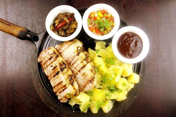 A picanha suína é preparada na parrilla no restaurante Mandaka (Samuel Barros/Divulgação)