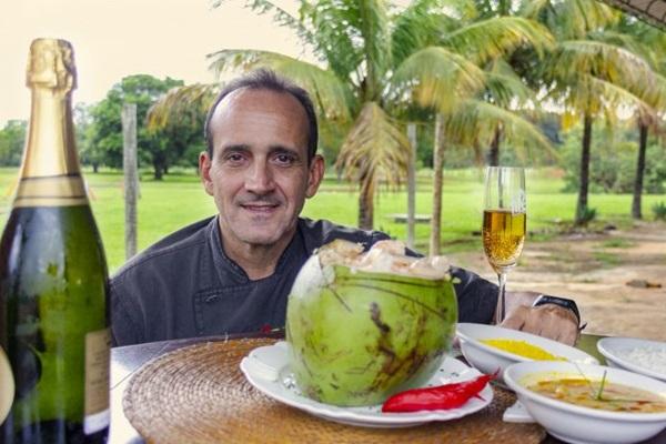 A moqueca do Ilê vai à mesa dentro do coco ou na panela de barro (Vinicius Cardoso Vieira/Esp. CB/D.A Press)