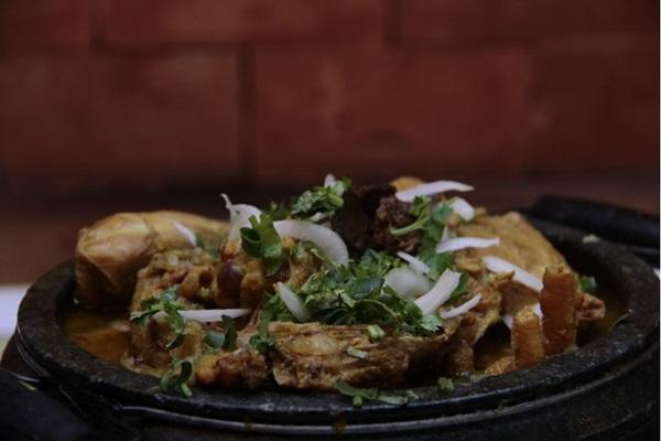A galinha caipira é uma das estrelas no menu do Santana (Ana Rayssa/Esp. CB/D.A Press)