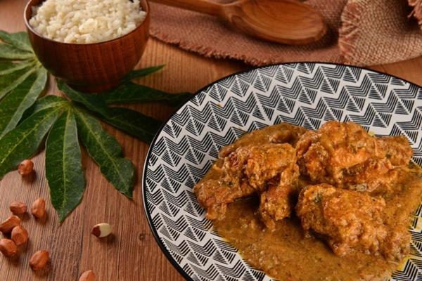Um dos queridinhos do African%u2019s Grill Delicious é o Pondu,folhas de mandioca com peixe defumado (Andreia Marlière/Divulgação)