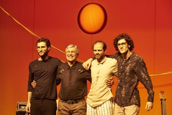 Ao lado dos filhos, Caetano Veloso oxigena o próprio repertório (Rafael Berezinski/Divulgação)